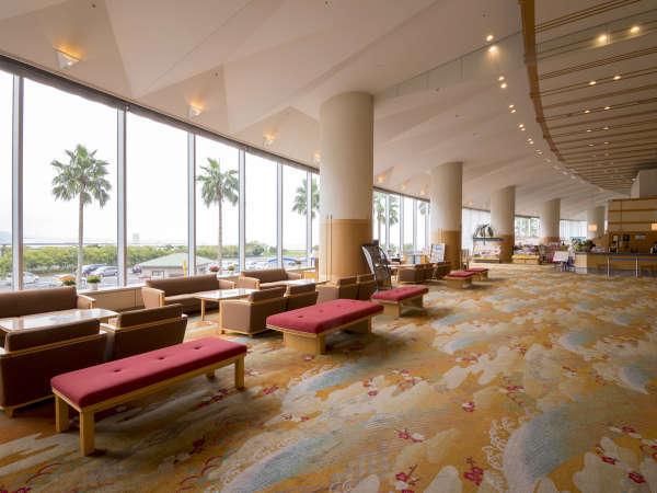 リゾート感たっぷりの開放感!高い天井の広いロビー。昼景
