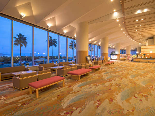 リゾート感たっぷりの開放感!高い天井の広いロビー。夕景