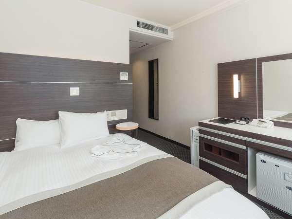 ◆スーペリアルーム◆ベッド幅は140cm、ダブルでもご利用いただけます。L字デスクと電気スタンド完備