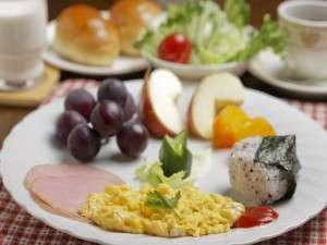 地元の野菜やフルーツを取り入れた朝食一例(時期によりことなる)