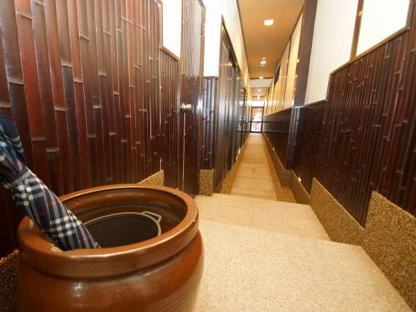 玄関から入っての京都らしい建物の奥棟に続く石畳の廊下です。