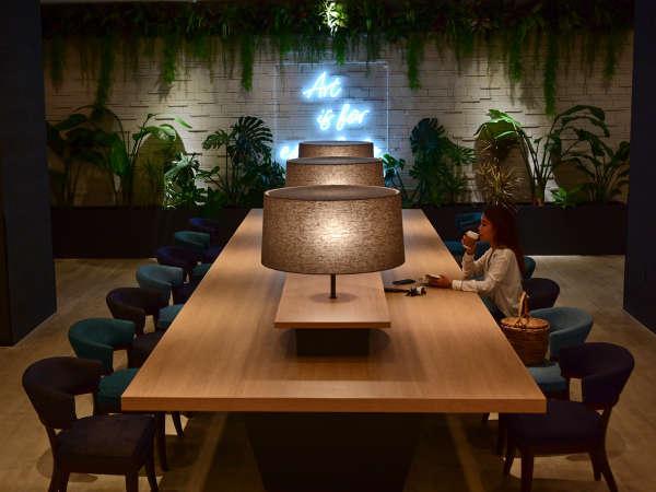 全館FREE Wi-Fiロビーにはコンセント付きのテーブルでゆっくり寛げるスペースも。