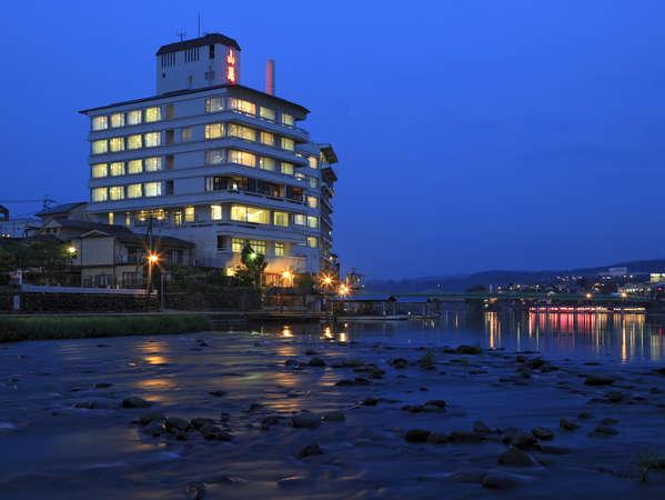夜の三隈川も幻想的ですよ。夜のお散歩もいかがでしょうか♪