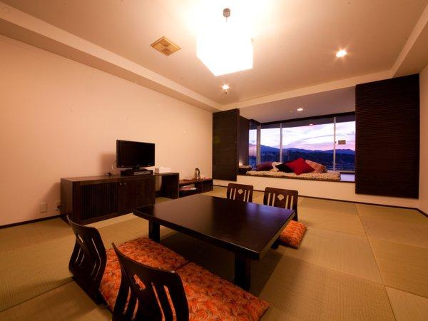 ひなこスイート。モダンな和室+奥には目の前に三隈川が広がるソファーベッド。