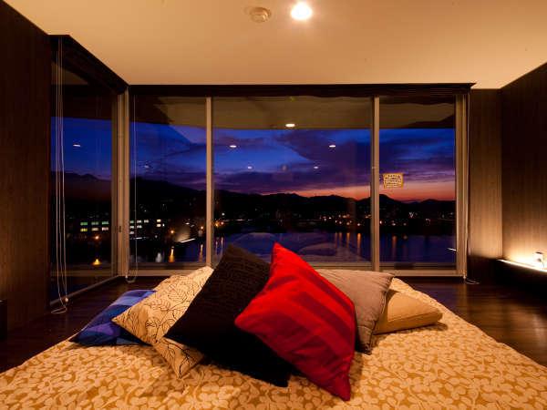 ひなこスイート。ベッドサイドから観る夜景は正に絶景!
