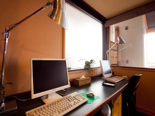 1階ロビー奥にはインターネットコーナーがございます。ご自由にご利用下さい。