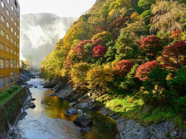自然庭園が色づく、秋の湯瀬ホテル。