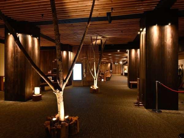 地元の木材をふんだんに使用したぬくもりある空間でお出迎え。