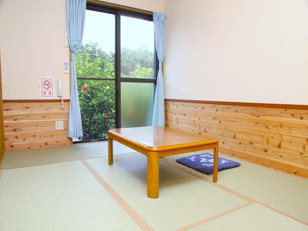 *【客室一例】和室6畳。窓越しにはハイビスカスの垣根が見えます