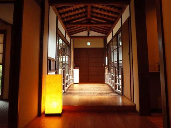 【岩室温泉 木のぬくもりの宿 濱松屋】銘木を使った伝統な日本建築で、こだわりの料亭会席を堪能。