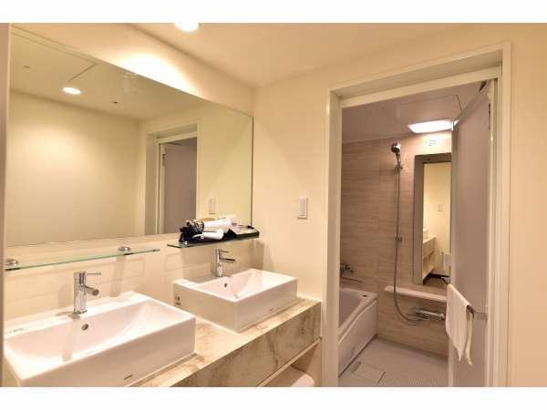スーペリアツインバスルーム 便利なバストイレ別、洗面台2台で朝の混雑も解消です♪
