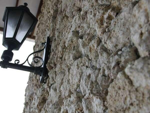 【珊瑚の壁】貴重なサンゴの石の壁。