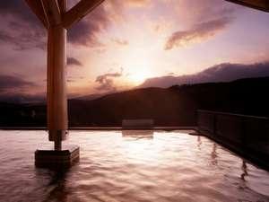 【露天風呂】開放感たっぷりの屋根付き温泉露天風呂