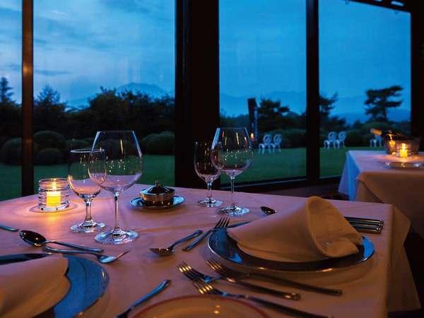 【ホテルレストラン】窓側の席からは雄大な自然が望めます