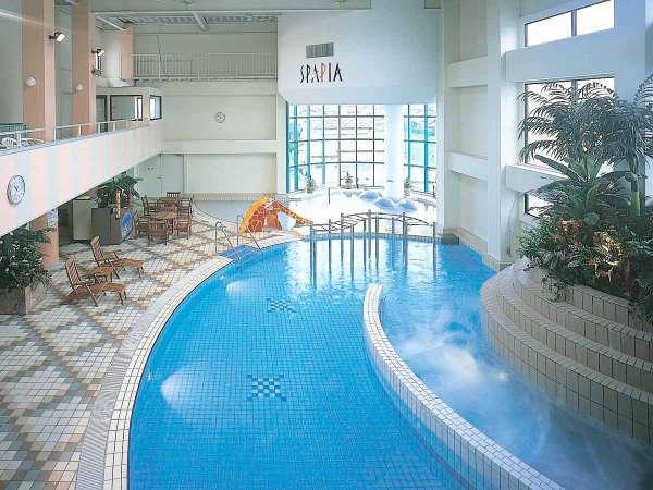 *温水プールなので一年中お楽しみいただけます♪ウォータースライダーも大人気!
