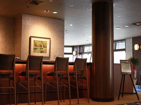 落ち着いた雰囲気のカフェラウンジ。飛騨の匠の家具を使用。