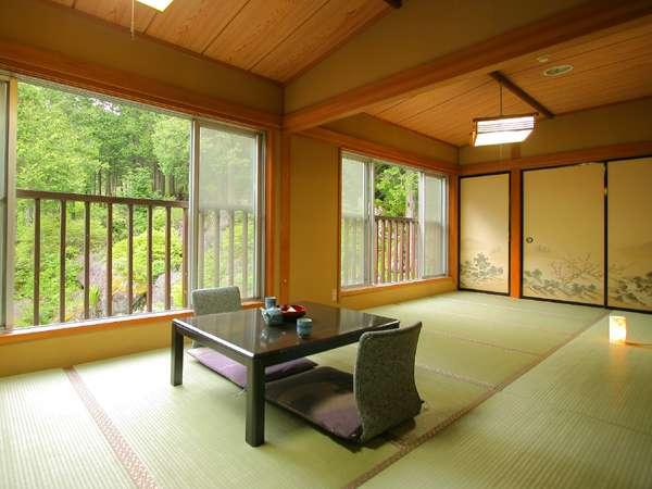 ●広々14畳の和室です♪窓の外には自然の景色が広がります