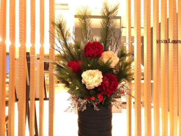 VISTA Loungeの前には季節の造花がお出迎え。冬は牡丹。