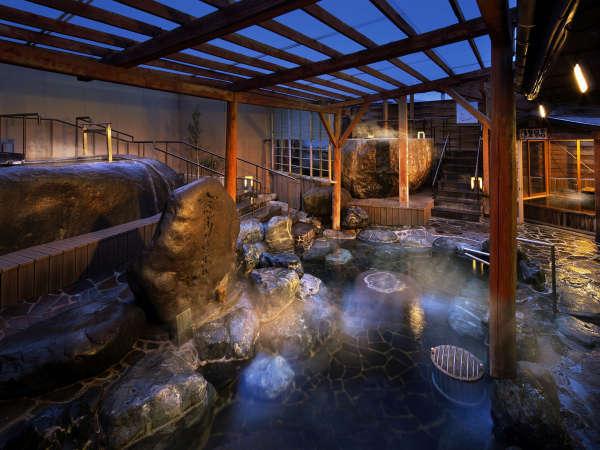 【東湯全景】龍神の湯や原石風呂など石とお湯の温かみが感じられる湯船があります。