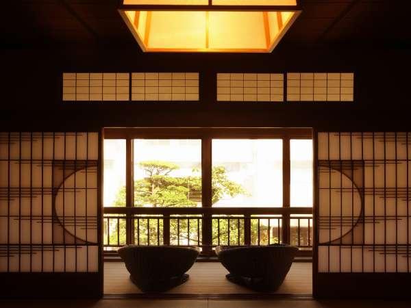 明治天皇行幸「御殿の間」から庭園を望む。当館所有の作品群など資料の展示コーナーあり