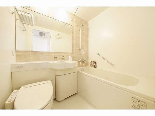 【清潔なバスルーム】全室シャワートイレ完備。広めのバスタブは足を伸ばしてくつろげます♪