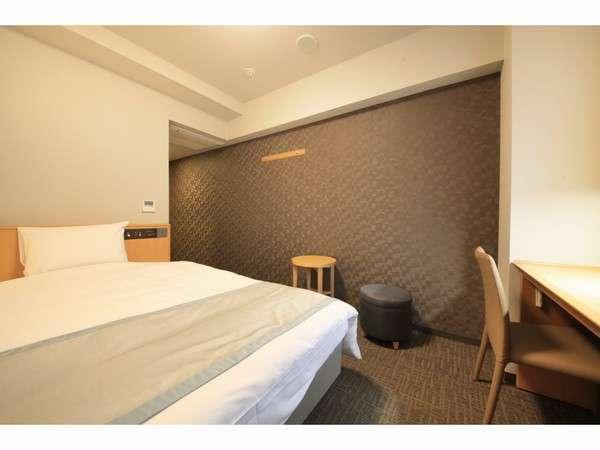 【シングルルーム】優しい色調の客室。加湿機能付空気清浄機・電気ケトル完備。