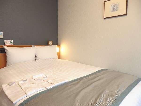 【ダブルルーム】広さ17.5㎡ 152㎝幅のセミクイーンベッドでゆったりくつろげます。