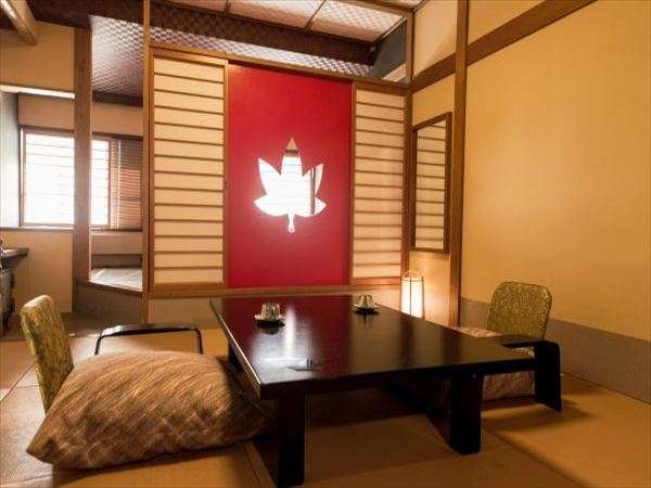 【ベッド付き和風客室~楓~】赤を基調とした温かみを感じる客室
