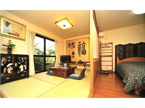 ダブルベッドのある板間と小上がりの和室6畳の二間続きの客室