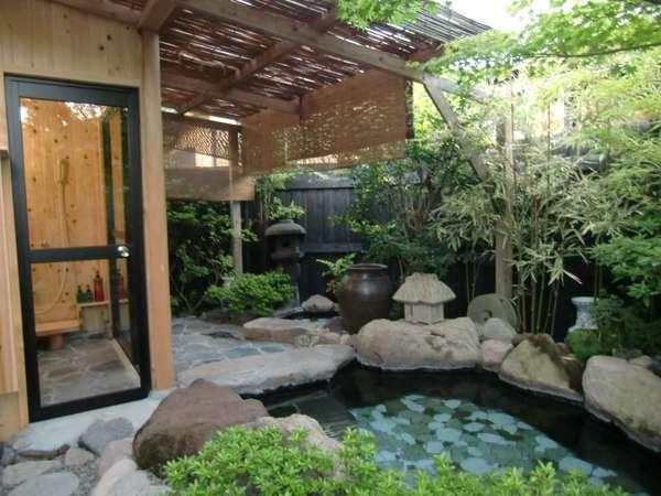 露天風呂でありながらシャワー室はガラス張りの個室に。