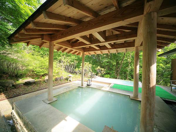 新緑の露天風呂。