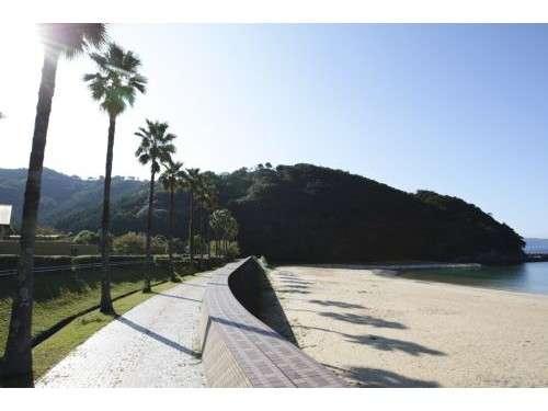 館の目の前には静かな入江と美しい砂浜が広がります