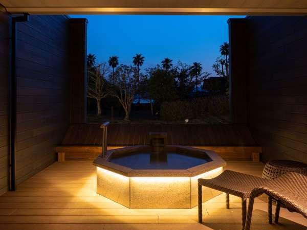 夜のJrスイート露天風呂(一例)※客室によってデザインが異なります。