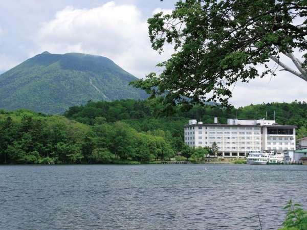 阿寒湖のほとりに建つホテル阿寒湖荘