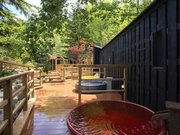 【森の散歩湯WOOD SPA】20個の露天は全て異なる香り湯となっております。(男女各10個/夜朝入替制)