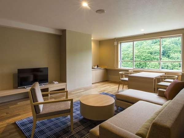 【レディースプレミアム】リビングスペースには大きなソファと窓際にテーブルセットもございます。