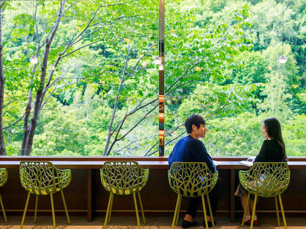 【のぐち文庫】窓際のお席は北湯沢の大自然を眺める特等席。