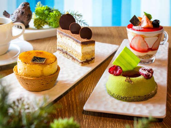 【カフェ】1階カフェではパティシエ手作りケーキを販売。お部屋でもお召し上がり頂けます(お持帰り不可)