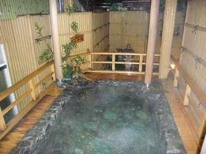 【女性風呂】温泉露天風呂。山側で景色は良くありませんが癒されます(朝は男性風呂)