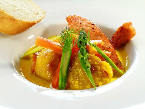 お魚メイン・ホタテとサーモンのサフランソース