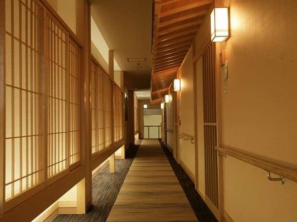 【新館 露天風呂付き和洋室】客室前の情緒が漂う廊下