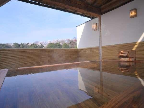 【宿泊者専用の総檜の露天風呂】ヒノキの香りが心地よいです(*^^)v 春は桜見露天風呂に♪