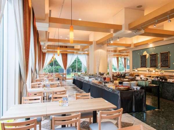 【レストラン「ポモドーロ」】 太陽光が降り注ぐ明るいブッフェレストラン。