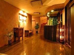 リニューアルされたフロントは落ち着いた雰囲気に!暖かな光が心和ませる。