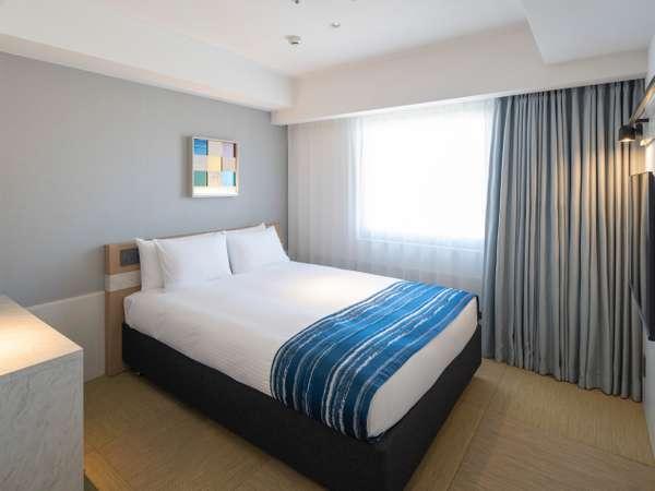 【ダブルルーム(16㎡)】幅160センチメートルの広さがあるベッドを配置。<全室禁煙>