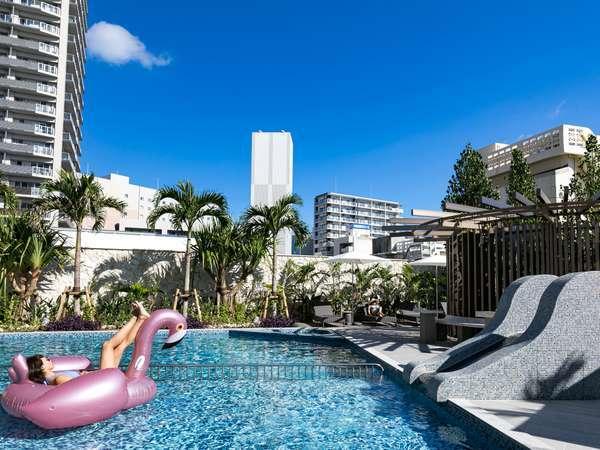 【屋外プール】テラスでドリンクを飲みながら南国リゾートをお楽しみください。<3月から9月まで利用可能>