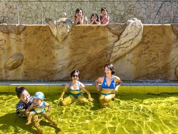 混浴の天然温泉です。ご家族・カップル・ご夫婦でご一緒にお入りいただけます。※水着着用になります。