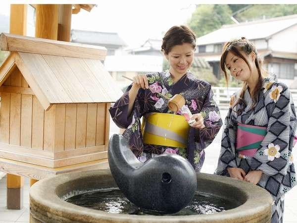 【湯薬師広場】たらいに入ったたらい湯。源泉をテイクアウトできる美肌スポットですよ♪