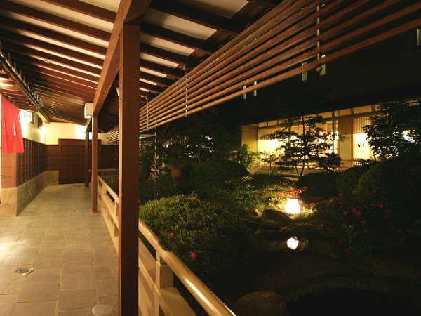【館内の回廊】3か所ある貸切風呂へは、純和風の落ち着いた中庭を眺めながらこちらより