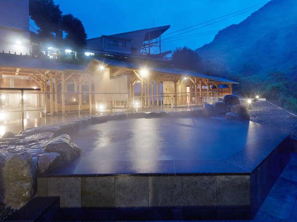【翠明の湯-岩湯-】夜は露天風呂がライトアップされてより良い雰囲気に!